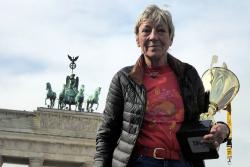 Heidi Hetzer am Brandenburger Tor