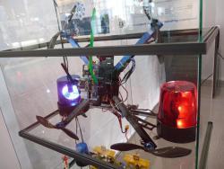 Die fliegende Antenne (grün) auf einem Quadkopter; ausgestellt auf dem dem Cebit-Stand der Uni Jena.