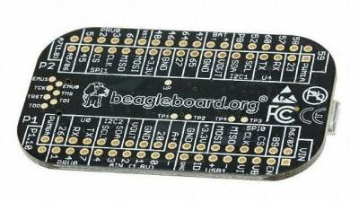 Ein schwarzes Board mit runden Ecken und vielen Löchern für Komponenten