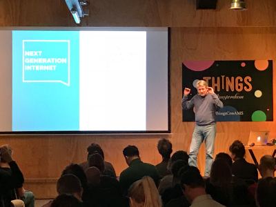 """In seiner Keynote wirbt Rob van Kranenburg bei der Hacker- & Maker-Communtiy für die Mitwirkung im Programm """"Next Generation Internet"""" der Europäischen Kommission."""
