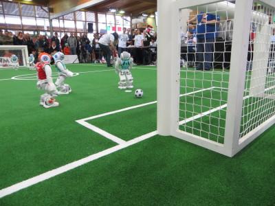 ?während der Spieler vom Nao Team Humboldt diese Chance im Relegationsspiel gegen Luxembourg United sicher zum Siegtreffer (1:0) verwandelte.