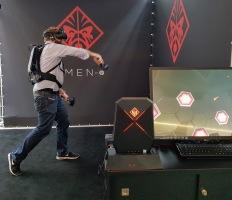 Der Rucksack-PC trägt sich auch bei hektischen VR-Spielen sehr angenehm.