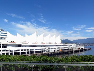Weißes Gebäude mit segelartiger Dachkonstruktion