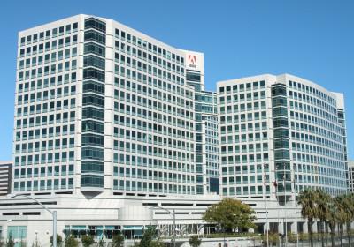 Zwei weiße Bürogebäude