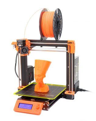 Ein 3D-Drucker mit orangenem Filament