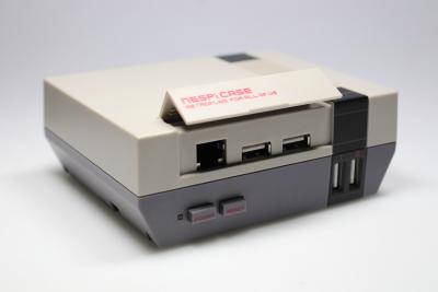 Ein graues Gehäuse für einen Raspberry Pi in Form eines NES